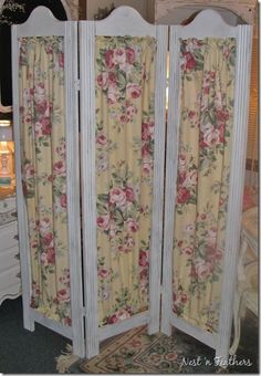 Beautiful ~ Shabby chic ~ Three panel dressing screen White painted wood ~ Buttery yellow background with cabbage roses Folding Screen Room Divider, Diy Room Divider, Folding Screens, Tela Shabby Chic, Shabby Chic Decor, Diy Screen Door, Diy Door, Shabby Chic Room Divider, Furniture Makeover