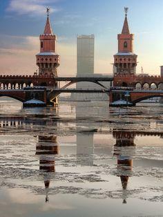 Die Aufnahme von Oberbaumbrücke, Spree und Treptow-Tower lässt einen saukalten, klaren Tag vermuten.