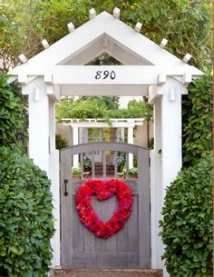 nice property entrance presentation...I could do without the heart wreath, though.