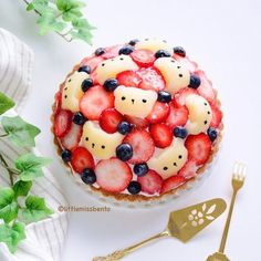kawaii food - Little Miss Bento (littlemissbento) on Homemade raspberry cream cheese Japanese fruit tart. Swipe to see the beautiful layers of the Cute Desserts, Delicious Desserts, Dessert Recipes, Yummy Food, Japanese Sweets, Japanese Food Art, Kawaii Dessert, Bento Recipes, Fruit Tart