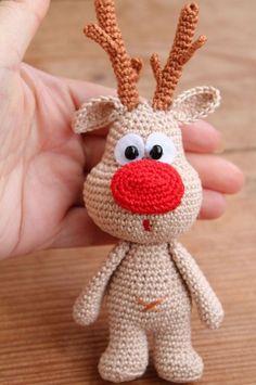 Simpático reno hecho a crochet. Adornos navideños hechos con ganchillo.