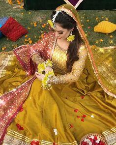 Indian Bridal Photos, Indian Bridal Outfits, Indian Bridal Fashion, Pakistani Bridal Dresses, Wedding Photos, Bridal Mehndi Dresses, Bridal Dress Design, Bridal Poses, Bridal Photoshoot