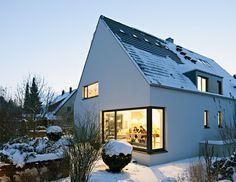 Prachtstück: Der Dachüberstand wurde gekappt, Fenster- und Solarbänder montiert. Die neuen Gauben sind kleiner, alles wirkt ruhiger.
