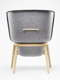 A look at the back of this giant Pod. A Privacy Chair by De Vorm.  http://www.devorm.nl/image-library/pod