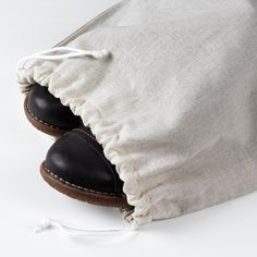 Caring for your things is a good way to care for the planet. So why not store your newly polished shoes in a protective shoe bag so that they last longer? Shoe Box Organizer, Ikea Laundry, Pulsar, Doc Martens Oxfords, Bag Storage, Moccasins, Bleach, Pose, Oxford Shoes