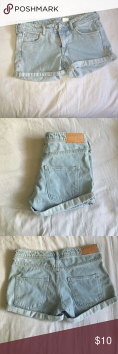 Not the right size Low waist, light acid wash and never worn Size: 36, so like 5-6 in US H&M Shorts Jean Shorts