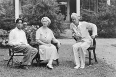 Jiddu Krishnamurti and friends in the garden . Maharishi Mahesh Yogi, Jiddu Krishnamurti, Mughal Empire, Thing 1, Free Yoga, Hinduism, Incredible India, Beautiful Black Women, Looking Back