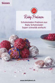 Ruby Chocolate ist eine Neuheit und wir haben Pralinen daraus gemacht! Super einfach, schnell und sehen zudem noch lecker aus! Du kannst die Pralinen in Blüten, wie Puderzucker oder auch Himbeerstreusel drin wälzen und verzieren. Sprinkles, Candy, Food, Truffle, Chocolate Candies, Schokolade, Edible Gifts, Powdered Sugar, Super Simple