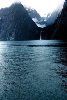 Le Milford Sound, en maori Piopiotahi, fjord de Nouvelle-Zélande by Seksun Oonjitti. Ailleurs communication, dotations, voyages, jeux-concours, trade marketing www.ailleurscommunication.fr