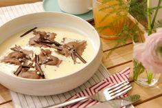 Jeroen maakt een verrassend dessert voor iedereen die van chocolade houdt: kleine ravioli met chocoladevulling, afgewerkt met een lekkere crème anglaise. Een ideaal nagerecht om te maken op Moederdag.