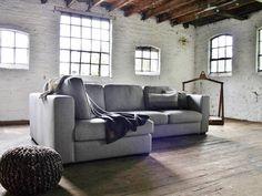 Hoekbank Leona is een landelijke hoekbank waarbij een zachte landelijke stijl wordt gecombineerd met mooie brede armleuningen en een fantastisch zitcomfort. | Room108