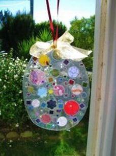 Easy Easter craft for young children :: An Easter egg suncatcher
