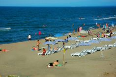 Karasu, İstanbull'a 280 km uzaklıkta uzun ve geniş kumsallarıyla yazları denize girmek isteyenlerin için tercih ettikleri bir yerdir.