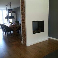 Houtnis aan de zijkant van een doorkijk haard. Room Divider Walls, Chimney Breast, Living Spaces, Living Room, Fireplace Design, My Dream Home, Sweet Home, New Homes, Lounge