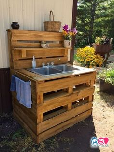 37 Creative DIY Pallet Ideas for Kitchen Outdoor DIY grill island is a great outdoor kitchen. lovely pallet look that is certain to coincide. Outdoor Kitchen Sink, Outdoor Sinks, Mud Kitchen, Outdoor Kitchen Design, Kitchen Grill, Kitchen Ideas, Kitchen Appliances, Diy Pallet Sofa, Diy Pallet Furniture