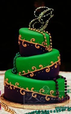 love the colours of this Mardis Gras themed cake