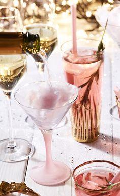 Dezezoete suikerspin-cocktail zorgt absoluut voorohhs enahhs aan tafel. Proost! Doe in ieder glas een pluk suikerspin…