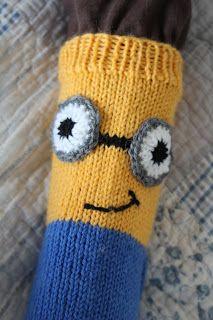 minion-sukat -Pia Tuononen- Koko: kengännumero noin 31 Tarvikkeet: Novita 7 veljestä-lankaa, keltaista, sinistä, mustaa ja h... Knitting Socks, Knitted Hats, Minions, Beanie, Crochet, Diy, Long Scarf, Breien, Knit Socks