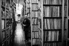 I più ossessionati collezionisti di vinili fotografati nel libro di Eilon Paz.  #music #photography