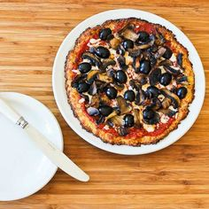 Recipe for Cauliflower-Crust Vegetarian Pizza with Mushrooms and Olives (Low-carb, Gluten-free)