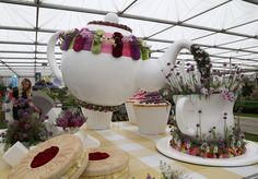 Giant floral teapot filling a teacup display at the Royal Horticultural Society's Chelsea flower show, London, 2015 Kew Gardens, Small Gardens, Ikebana Flower Arrangement, Flower Arrangements, Tea Cup Display, Happy Tea, Alice In Wonderland Theme, Beer Festival, Chelsea Flower Show