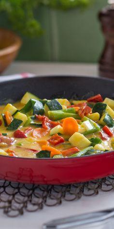 Heute mal etwas Vegetarisches, denn auch fleischlose Gerichte schmecken super. Wir zeigen dir, wie du diese Gemüsepfanne mit feiner Curry-Sauce nachkochen kannst. Das Beste daran ist, dass du nicht viel Zeit brauchst und in nur 15 Minuten fertig bist.
