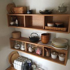 """愛用者が多い""""壁につけられる棚""""は賃貸の壁にも安心。飾る物のテイストを合わせればカフェのような雰囲気作りができますね。"""