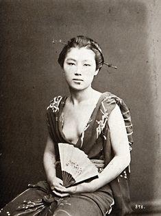"taishou-kun: "" Josei 女性 (woman) with fan - Circa 1870 "" Samurai, Antique Photos, Vintage Photographs, Vintage Japanese, Japanese Art, Old Pictures, Old Photos, Japan Kultur, Photo Lovers"