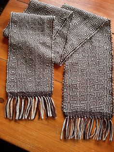 image from www.flickr.com- like the difference in front & back from Working Yarn blog Weaving Yarn, Hand Weaving, Fabric Strips, Woven Fabric, Art Du Fil, Fibre Textile, Woven Scarves, Textiles, Weaving Projects
