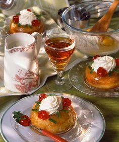 suuntages mpampas me roumi Greek Sweets, Greek Desserts, Party Desserts, Greek Recipes, Dessert Recipes, Savarin, Caprese Salad, Panna Cotta, Alcoholic Drinks