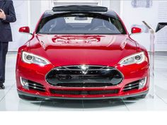 Tesla Model 3 dolazi sledećeg marta Tesla Motors je započela revoluciju svojim električnim automobilima, ali to nije naročito zabrinulo najveće konkurente. Sada, kada je najavljen i automobil za masovno tržište koji ne bi trebalo da košta više od 30.000$, mnogi proizvođači će ubrzati istraživanja na ovom polju.