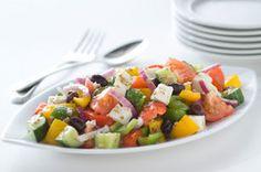 Salade villageoise à la grecque ------------------Appelée horiatiki, la salade grecque ne contient pas de laitue. Mets classique de la cuisine grecque, cette salade traditionnelle regorge de légumes frais, de fromage féta et d'olives Kalamata.