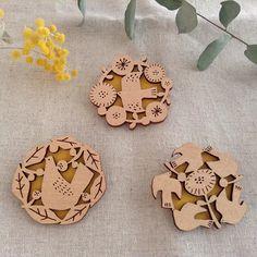 mokujiオリジナル商品の「tori no brooch」のご紹介。鳥と花をモチーフにしたこちらのブローチ。木と紙でできたブローチです。青梅にある素敵なギャラリー「papier colle(パピエ・コレ)」さんと一緒に作りました。繊細なタッチはレーザーカッターで表現。裏には綺麗な色味のイエローの紙を貼り、全体のアク