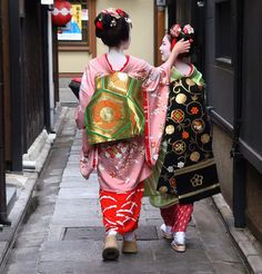 "Maiko in Japan - Minarai (left). The minarai period in a girl's training last for approximately a month before she becomes a maiko. To her right is her onee-san, her maiko ""big sister""."