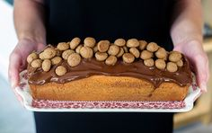 Luchtige cake, zoete sinaasappel, kruidige kruidnoten en knapperige chocolade. De ingredienten voor een heerlijke Sinterklaascake, met handige bakfilm!