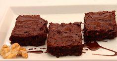 Verboten gute Brownies mit Bitterschokolade, Mandeln, Walnüssen und Butter.
