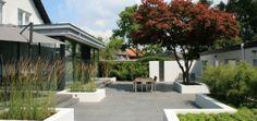 Mooie strakke moderne tuin. Vooral de witte bakken zijn mooi!