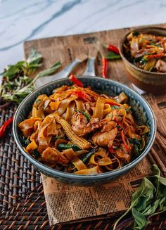 Drunken Noodles (Pad Kee Mao) Drunken Noodles (Pad Kee Mao) is a favorite Thai dish made with rice noodles and Thai basil. Drunken Noodles is a favorite late night dish after drinking! Pad Kee Mao Recipe, Thai Drunken Noodles, Drunken Noodles Recipe Vegetarian, Thai Noodles, Asian Recipes, Healthy Recipes, Thai Food Recipes, Asian Noodle Recipes, Healthy Breakfasts