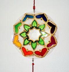 Mandala de Luz de Guidha Cappelo   Hace un poco más de un mes observamos en una exposición unos hermosos y delicados mandalas. Desde ese ...