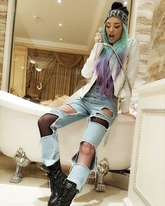 Love this pic and the hair Ripped Jeans Style, Ripped Denim, Kylie Jenner Look Alike, Era Istrefi, Different Makeup Looks, Pretty Girl Swag, Boho Fashion, Womens Fashion, Her Style