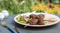 Kebab s tortillou, šalátom a dresingom Beef, Ethnic Recipes, Red Peppers, Ox, Steak