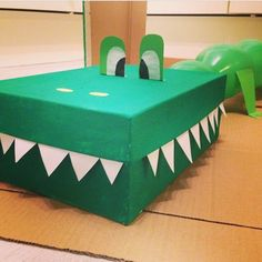 Een opblaaskrokodil ;-) Enige dat je nodig hebt is een schoenendoos, groene verf, groene ballon (lange gebobbelde), wit en groen papier.