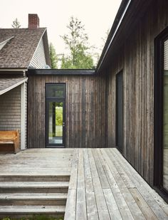 A Lakeside Cottage Gets a Modern Addition by Anik Péloquin architecte - Design Milk Rustic Exterior, Design Exterior, Home Interior Design, Traditional Style Homes, Traditional Decor, Lakeside Cottage, Residential Architecture, Government Architecture, Computer Architecture