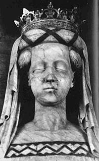 The alabaster funeral effigy of Queen Margareta I of Denmark (1353-1412) made in 1423, Roskilde cathedral. From Duran Textiles Newsletter no. 3-2010 (May 2010).