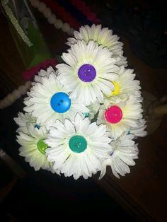 Button flowers for a Lalaloopsy Birthday   http://amazingbirthdayideas.blogspot.com