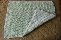 Une petite couverture réversible en vert et blanc. Faite au crochet d'après un modèle que j'ai trouvé sur internet. 225g de laine et un crochet n°3 50cm X 60 cm