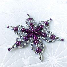 Vánoční hvězda - vločka Christmas Ornaments To Make, Snowflake Ornaments, Christmas Snowflakes, Beaded Ornaments, Xmas Tree Decorations, Handmade Christmas Decorations, Baubles And Beads, Beads And Wire, Beading Patterns Free