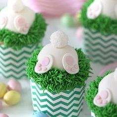 Celebrate easter with one of these beautiful easter desserts. There are easter cakes, easter cupcakes, easter cookies and many more dessert recipes that are perfect for a crowd and will look stunning on your easter dessert table. Pinata Cupcakes, Cupcakes Amor, Mocha Cupcakes, Easter Bunny Cupcakes, Easter Treats, Easter Cake, Easter Cookies, Banoffee Pie, Paper Cupcake