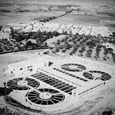 El tratamiento de aguas residuales o depuración consiste en eliminar o reducir los contaminantes físicos, químicos y biológicos del agua procedente del uso ciudadano hasta alcanzar las características de calidad y cantidad necesarias. El proceso se lleva a cabo en una Estación Depuradora de Aguas Residuales (EDAR) también conocidas como Planta de Tratamiento de Aguas residuales (PTAR). En la foto, la Planta depuradora de Carambolo, Sevilla, en 1963.