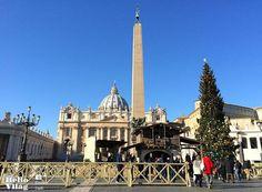 Az idei évben Bajorországból érkezett a Vatikán karácsonyfája. Idén egy gyönyörű szép 32 méter magas vörösfenyőt választottak, amelyet a szállítás miatt 25 méteresre vágtak. Rome, Rome Italy